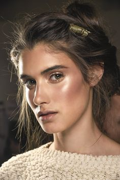 Spring Summer 2016 Makeup Trends and a quick interview with Senior Artist Louise Zizzo Here are a few of my absolute favorite MAC makeup looks from the runways, if you're looking for. Makeup Box, Mac Makeup, Makeup Tips, Strobing Makeup, Makeup 2018, Makeup Brushes, Makeup Trends 2018, Glow Makeup, Makeup Ideas