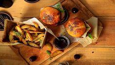 10 restaurants où tu peux manger comme un fou pour moins de 20$   Narcity Montréal Quebec City, Banff, Yummy Yummy, Calgary, Comme, Restaurants, Budget, King, Places