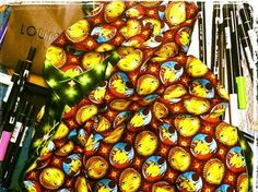1. Moda: Artistas plásticos brasileiros em parceria com grifes de luxo internacionais. Os Irmãos Pandolfo, grafiteiros reconhecidos, fazem parceria com a marca Louis Vuitton na criação de uma nova estampa.
