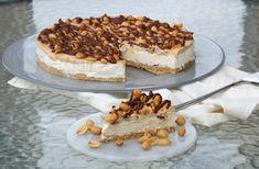 Sukkerfri snickers iskake - LINDASTUHAUG No Bake Snacks, No Bake Desserts, A Food, Food And Drink, Cooking Recipes, Healthy Recipes, Recipe Boards, Low Carb Keto, Lchf