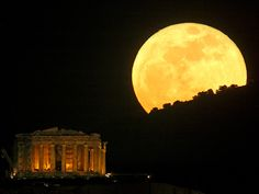 An amazing photo of the 'Supermoon' over the Parthenon (Παρθενώνας) which is the most prominent temple on the Acropolis (Ακρόπολη Αθηνών). Full Moon Rising, Moon Rise, Beautiful Moon, Beautiful World, Beautiful Scenery, Over The Moon, Stars And Moon, Parthenon Greece, Athens Greece