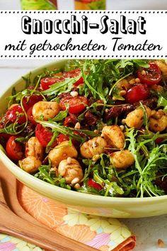 Gnocchi salad with arugula and dried tomatoes Gnocchi-Salat mit Rucola und getrockneten Tomaten This gnocchi salad with dried tomatoes - recepten gezonde gemakkelijke diner Easy Salad Recipes, Easy Salads, Easy Dinner Recipes, Vegetarian Recipes, Easy Meals, Gnocci Salat, Cottage Cheese Salad, Salad Dishes, Seafood Salad