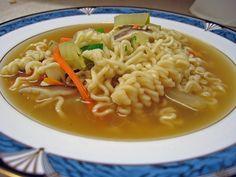 Sopa de fideos es una receta para 4 personas, del tipo Entrantes, Primeros Platos, de dificultad Fácil y lista en 40 minutos. Fíjate cómo cocinar la receta.     ingredientes   - 150 g fideos gruesos  - 800 g pierna de vaca con su hueso  - 1 cebolla  - 1 nabo  - 1 zanahoria  - 1 ramita apio  - 1 ramita perejil  - 1 ramita tomillo  - sal