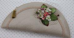 NUEVA CARTERA   Carteras hechas a mano con materiales de tocados.                  Ref. CA008   Descripción: Cartera de Paja color marfil, ...