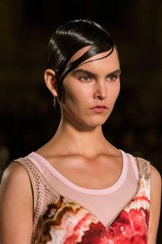 Coupe courte effet mouillé défilé Givenchy