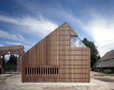 """Дом Волзак (Wolzak) в Голландии от SeARCH. Старый сельский дом с соломенной крышей был аккуратно обновлён и расширен современной пристройкой в стиле амбара. При этом традиционная """"сарайная"""" форма расширения выполнена в виде сужающейся призмы, а также расположена под углом к старому зданию. В новом объёме разместились студия, кухня, игровая комната и небольшой дворик - зимний сад. В интерьере применено много необычных дизайнерских решений, в частности использованы грубые детали от се..."""
