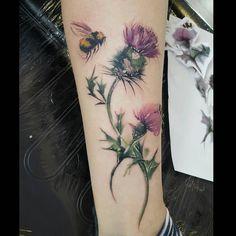 Bee and thistle tattoo Tattoo Life, Botanisches Tattoo, Colour Tattoo For Women, Color Tattoo, Full Body Tattoo, Body Art Tattoos, Tatoos, Bee And Flower Tattoo, Scotland Tattoo