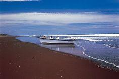 La costa del Bálsamo, que se extiende desde La Libertad hasta Acajutla, puede resultar un viaje agradable: los acantilados rocosos caen hasta el mar y sus playas son desérticas.