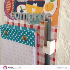 Aprende a realizar tu propio portanotas de pared con este tutorial paso a paso. Una divertida manualidad con papel scrapbook explicada por Carolina Schulz.