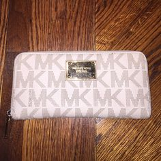 Michael kors jet set wallet Michael kors jet set wallet in beige . has been used and any flaws are shown in the pictures . condition is great no tears or anything just the little black spot as shown on the edges. inside of the wallet looks like brand new! 10 slots on the sides for cards and money and a zipper pocket in the middle for change ☺️ Michael Kors Bags Wallets