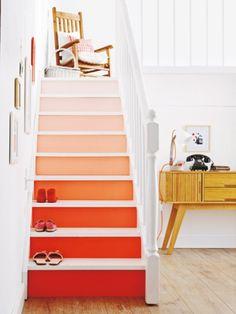 Mit leuchtender Farbe oder Tapete haben schlichte Stufen ihren großen Auftritt.