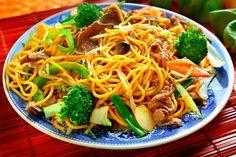 Chow Mein mit Broccoli und Rind  Wenn es schnell gehen muss, steht diese asiatische Nudelpfanne mit Rindfleisch, knackigem Brokkoli, Paksoi und Karotten nach 15 Minuten auf dem Tisch.  http://einfach-schnell-gesund-kochen.de/chow-mein-mit-broccoli-und-rind/