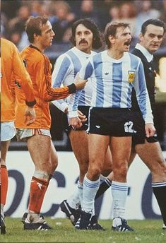 Argentina beat Netherlands after extra time in the World Cup final at WC 1978 Johan Neeskens Leopoldo Luque Omar Larrosa and referee Gonella Vintage Jerseys, Vintage Football, Argentina Football Team, Legends Football, Time In The World, World Cup Final, World Football, Referee, Fifa World Cup