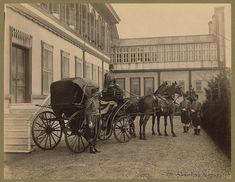 Yıldız Sarayında Padişahı (II. Abdulhamit) bekleyen at arabası.. Men in uniform with horse drawn carriage in front of Yıldız Palace, Istanbul ~ Tarih Durağı