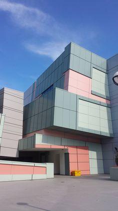 Aronoff Center for Design & Art, University of Cincinnati x [OC] Deconstructivism, University Of Cincinnati, High Quality Images, Design Projects, Illusions, Design Art, Peter Eisenman, Architecture Design, Multi Story Building