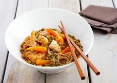 Recepten - Wok van scampi's met noedels, erwtjes, worteltjes en kruiden