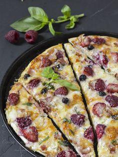 Hoy vamos a preparar una pizza con una combinación de sabores espectacular, con queso de cabra, frutos rojos y panceta.