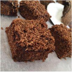 Jegelsker kage, som indeholder kokos. Så drømmekage er helt klart en af mine favorit kager<3 Kokos er simpelthen bare det bedste. Stik mig en kokosnød og jeg kunne spise det hele uden at få dårlig samvittighed :-D Jeg har lavet en Mørk drømmekage (Den du ved nok), uden gluten og raffi....