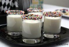 Sabe aquele leitinho que toda criança gosta no final da festa para dar uma acalmada? Que tal servir com a borda do copo mergulhada em chocolate e confeitos?