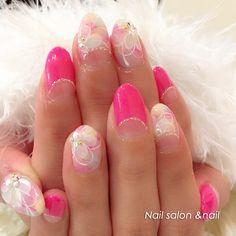 ピンク大好き女子のためのネイル♡♡ 春らしい柔らかなカラーのフラワーモチーフふんわりクリームイエローとチェリーピンクのグラデーションをベースにホワイトで上品にお花を重ねたフェミニンな一品。アンドネイル