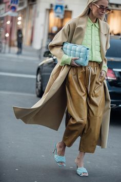 The Best Street Style From Couture Fashion Week - - The chicest looks from the pavements in Paris during Haute Couture week. London Fashion Weeks, Fashion Week Paris, Paris Street Fashion, Style Couture, Couture Week, Haute Couture Fashion, Spring Couture, Street Style Trends, Look Street Style