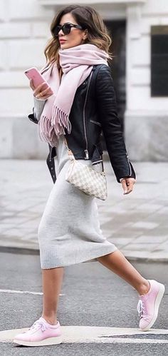 Street Chic rosa Turnschuhe Fransen Schal Strickkleid Lederjacke The post Street Chic rosa Turnschuhe Fransen Schal Strickkleid Lederjacke appeared first on Woman Casual - Woman Dresses How To Wear Sneakers, Pink Sneakers, Dress With Sneakers, Sneakers Fashion, Sneakers Style, Winter Sneakers, Ladies Sneakers, Pink Trainers Outfit, Colorful Sneakers