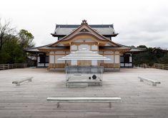 吉岡徳仁〈ガラスの茶室−光庵〉 光庵』は、透明なガラスで構築された茶室という小宇宙的な空間から、自然と一体化することで、日本の思想・文化の原点を見ることを目的とした吉岡徳仁による建築プロジェクト。2002年『透明な日本家屋』からスタートし、2011年にはヴェネツィア・ビエンナーレ国際美術展にて『光庵』の模型デザインが発表された。