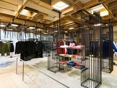 """#NoVarejoPeloMundo O Dover Street Market de Londres foi criado há dez anos pelo mestre da moda japonesa Rei Kawakubo e completa uma década com foco no futuro. Com 1,2 mil m², os balcões e araras ficam dentro de """"barracos"""" de ferro velho e madeira recuperada. Confira matéria completa de Maurício Queiroz no portal NV. #NoVarejo #retail #design"""