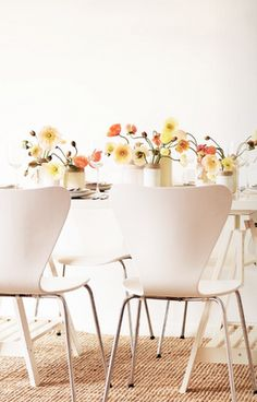 I love these soft colors with the modern furniture and white backdrop. Beautiful Bouquet Of Flowers, Simple Flowers, Amazing Flowers, Fresh Flowers, White Flowers, Kitchen Dining, Dining Rooms, Dining Decor, Dining Set