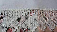 Pano de prato em tecido de sacaria, 100% algodão, com barrado de crochê. Ideal para enxugar louças, decorar sua cozinha ou presentear. R$ 27,95