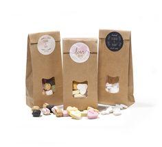 Kraftzakjes met snoep als bedankje. Voorzien van persoonlijk etiket en een heerlijke vulling naar keuze. Love is sweet #bedankjes