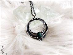 Náhrdelník+s+malachitem+Náhrdelníks+malachitem+je+vyrobený+z+cínu+s+příměsí+stříbra+(+cín+neobsahuje+olovo),+drátku+a+drobného+malachitu.+Náhrdelník+je+patinovaný+a+následně+očištěný+specielním+antioxidačním+olejem.+Velikost+šperku+je+4x5.+Šperk+je+zavěšen+na+řetízek+s+bižuterním+zapínáním.+Dle+přání+mohu+řetízek+vyměnit+za+kůži+či+obruč....
