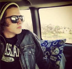 Harry looking majestic.<<< This is a great photo, too. It has an awesome vibe to it! I absolutely LOVE this picture! ❤
