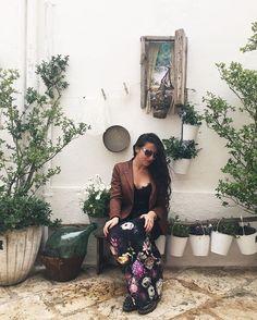 Adoro questo angolo di #Locorotondo. Adoro tornare qui e, a distanza di mesi, trovarlo sempre più curato.  Il Made in #Puglia che amo, a cui si aggiunge la bellezza e la qualità di questa giacca @sartorialatorre_official, una creazione esclusiva, realizzata interamente a mano, che ho sentito subito mia.  Valle d'Itria è anche questo. Manifattura di alta qualità.  #PuraValledItria #igersvalleditria #WeAreinPuglia #PugliAmoreMio