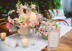 O rosa quartz tendência para 2016 foi a cor escolhida pela Vanessa e Ivan. #casamentointimo #miniweddings #casamentopequeno #decoracaominiwedding #rosaquartz @betaeborelli @benditafesta by smallweddings