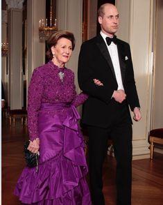"3,936 Likes, 28 Comments - Det Norske Kongehus (@detnorskekongehus) on Instagram: ""Dronningen følger Prins William til bords i anledning smokingmiddag på Slottet i kveld. Foto: Lise…"""