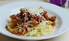 Výborná boloňská omáčka Spaghetti, Toast, Chicken, Ethnic Recipes, Food, Style, Swag, Stylus, Meals