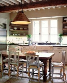 A farm-style kitchen table is surely a nice addition to a kitchen especially one that has a farm-style design. If your kitchen is a farm-style kitchen, you absolutely need to consider getting such table for your kitchen and the reason is because the Farmhouse Style Kitchen, Farmhouse Table, Kitchen Rustic, Farmhouse Design, Vintage Kitchen, Rustic Farmhouse, Farmhouse Small, Cozy Kitchen, 1950s Kitchen