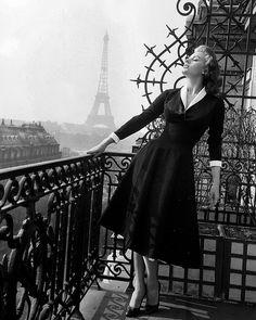 """Les plus belles #photos des #archives de @parismatch_magazine #1956 L'actrice italienne Sophia #Loren est à Paris pour la promotion de son film """"Pain amour ainsi soit-il"""" de Dino #Risi. Elle partage l'affiche avec Vittorio de Sica.Un an avant en 1955 Paris-Match fera découvrir Sophia Loren à ses lecteurs et la mettra en couverture et titra """" La nouvelle venue des stars Italiennes une rivale pour Gina Lollobrigida"""". Photo : Jack Garofalo/ #ParisMatch by parismatch_vintage"""