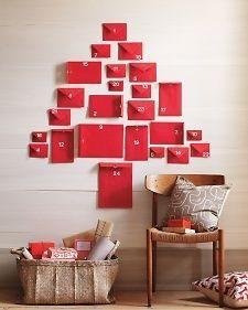 """Calendari dell'Avvento originali ed eleganti per addobbare casa.   Buste rosse per creare un calendario.   """"Insegnaci dunque a contar bene i nostri giorni, per acquistare un cuore saggio"""". Salmi 90:12"""