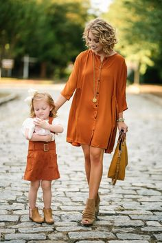 25 Day Casual Outfit For Mom Style - Women Style Ideas Mommy And Me Dresses, Mommy And Me Outfits, Family Outfits, Girl Outfits, Fashion Outfits, Fall Photo Outfits, Fall Fashion, Long White T Shirt, Fashion Clothes