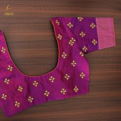Bright vibrant and attractive the creeper design on this blouse is done exquisitely. Cutwork Blouse Designs, Kids Blouse Designs, Embroidery Neck Designs, Simple Blouse Designs, Stylish Blouse Design, Blouse Neck Designs, Hand Designs, Blouse Patterns, Simple Embroidery
