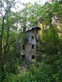 Silo turned into a hotel by Doc Rogers. Old Buildings, Abandoned Buildings, Abandoned Places, Abandoned Castles, Abandoned Mansions, Beautiful Ruins, Beautiful Places, Most Haunted, Haunted Places
