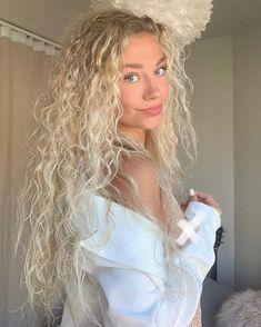 "Julie Olivia Lindebjerg Hocke on Instagram: ""Reklame | Sunshine, please don't leave🌞 #girlsgoneloavies"" Blonde Wavy Hair, Blonde Hair Looks, Blonde Curls, Blonde Hair Outfits, Aesthetic Hair, Curly Hair Styles, Natural Hair Styles, Curly Hair With Braids, Big Curly Hair"