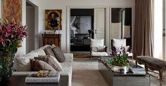 Elementos modernos são combinados a outros mais clássicos no living do apartamento do stylist Matheus Mazzafera, em São Paulo. O ambiente é separado do escritório (ao fundo) por uma porta corrediça decorada com boiseries
