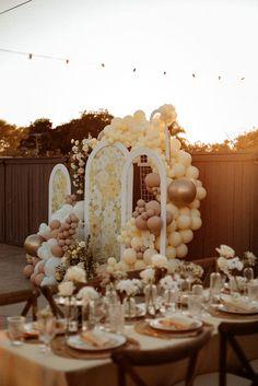 Vintage-inspired balloon backdrop. Photo: @goldenvibesphoto Elopement Reception, Wedding Ceremony Backdrop, Chapel Wedding, Balloon Installation, Balloon Backdrop, Event Planning, Wedding Planning, Civil Wedding, Wedding Balloons