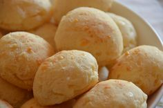 This bread is known as Pão de Queijo in Brazil, its magic lies in the dough and has incorporated Manchego and Parmesan cheese. Snack Recipes, Cooking Recipes, Snacks, Bolivian Food, Brazilian Cheese Bread, Pan Bread, Diy Food, Cheesecake, Brunch