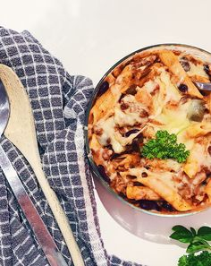 Slimming World Chilli Pasta Bake - It warms you up on a crisp autumn day and the rich tomato broth adds a coziness like no other. Make a Slimming World Chilli Pasta bake today Slimming World Chilli, Slimming World Recipes Syn Free, Chilli Pasta, Sliming World, Batch Cooking, Pasta Bake, Baked Beans, Stuffed Green Peppers, Kitchens