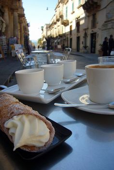 That is the way to enjoy coffee: Cannoli and cappuccino I Love Coffee, Coffee Break, Morning Coffee, Cannoli, Coffee Cafe, Coffee Shops, Coffee Lovers, Street Coffee, Iced Coffee