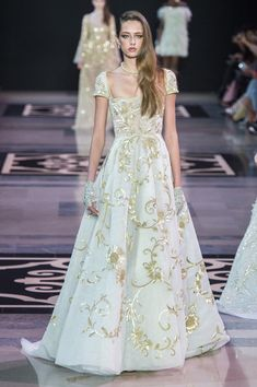 For its Spring-Summer 2019 Haute Couture collection, Maison GEORGES HOBEIKA evokes the timeless essence of the Château de Versailles and the Georges Hobeika, Pretty Dresses, Beautiful Dresses, Long Dresses, Vestidos Fashion, Fashion Dresses, Style Haute Couture, Haute Couture Gowns, Spring Couture